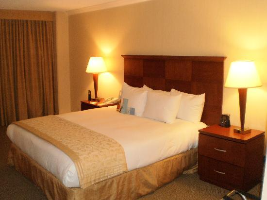 Ontario Airport Hotel and Conference Center: Bedroom