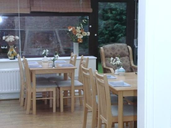 Oak House B&B : Dining room in the conservatory