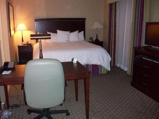 Homewood Suites by Hilton Cambridge-Waterloo, Ontario: Desk and bed area