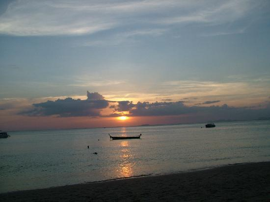 Lanta Pearl Beach Resort: Sunset