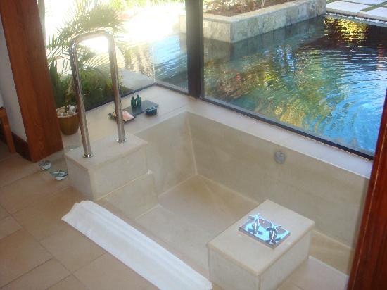 la superbe baignoire encastr e photo de lux belle mare. Black Bedroom Furniture Sets. Home Design Ideas