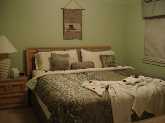 نانتوكيت إن: The warm bedrooms w/rose pedals and robes are inviting.