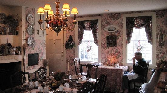 Chester Bulkley House Bed and Breakfast: dining room with fireplace