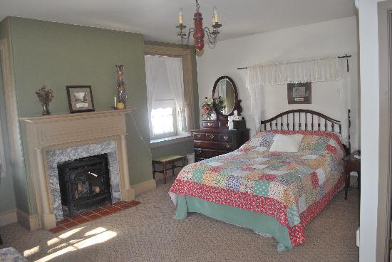 Ben Mar Farm Bed & Breakfast: bed and gas stove