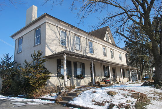 Ben Mar Farm Bed & Breakfast: Outside of house...private entrance to guest rooms on left