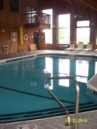 Country Hearth Inn & Suites: pool area and balcony on SECOND floor