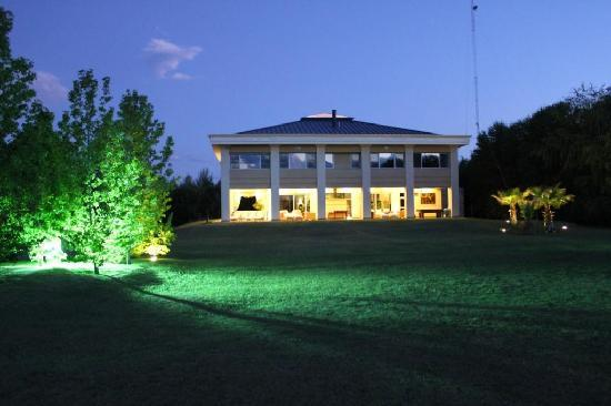 Casa Antucura Wine Hotel: Dusk at the chateau