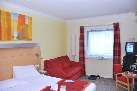 Holiday Inn Express London - Park Royal: The room from entrance