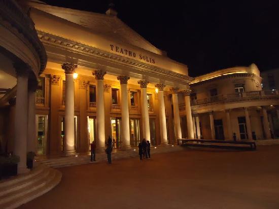 Teatro Solis iluminado
