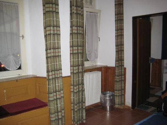Pension Jeske : Double room private bathroom - windows into shared service courtyard