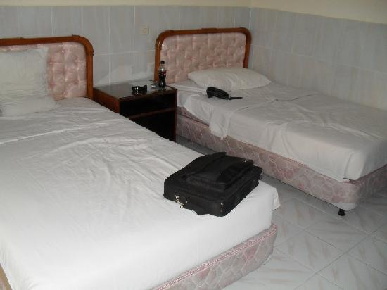 Palm Beach International Hotel: sheets too small for bed