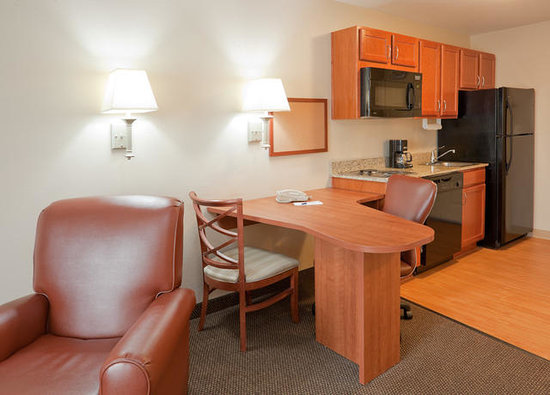 Candlewood Suites Montgomery: Work Desk and Kitchen