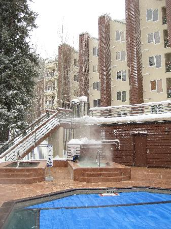 Iron Horse Resort: Pool and hotub outside bldg C
