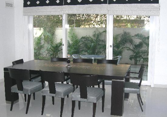 Sids Gurgaonbnb: Dining room overlooks a garden
