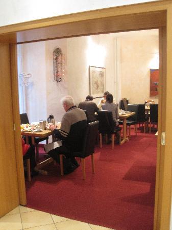 Pension Bornholmer Hof: Sala con tavoli per la colazione