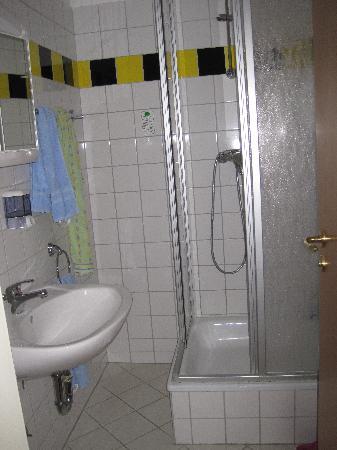 Pension Bornholmer Hof: Bagno privato con a parte la doccia e il lavabo