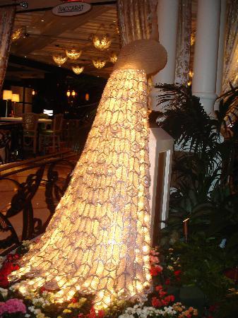Lobby decor picture of encore at wynn las vegas las for Wynn hotel decor