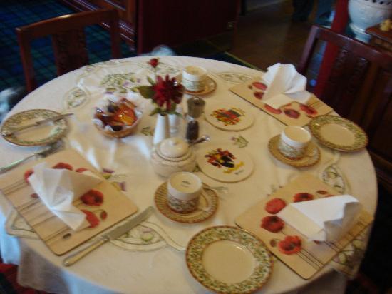 Acorn Guest House: breakfast table