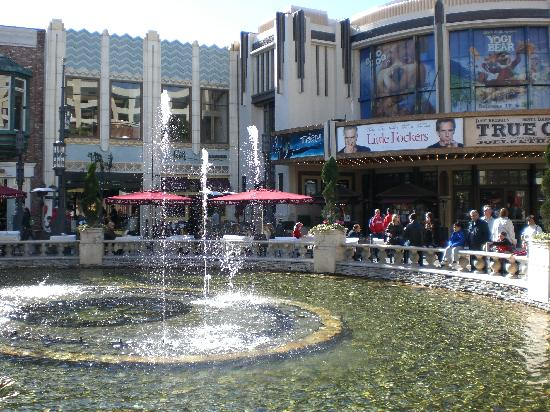 The Grove is a popular fashion, shopping, dining and lifestyle destination with the best mix of retail, restaurants and entertainment in Los Angeles.