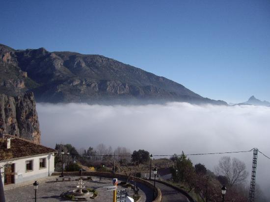 Cases Noves: por encima de la niebla