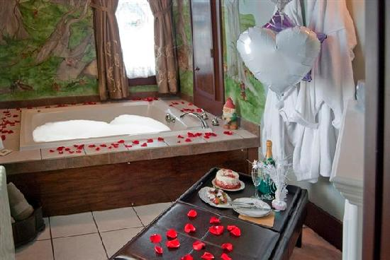 Deutsche Strasse Bed & Breakfast: Enjoy romance and relaxation in your own private hot tub in the Black Forest Suite.