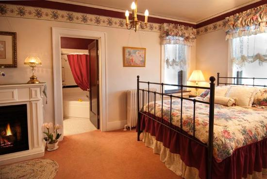 Deutsche Strasse Bed & Breakfast: Cozy relaxation in the Crystal Room in front of the fireplace or in the two person whirlpool tub