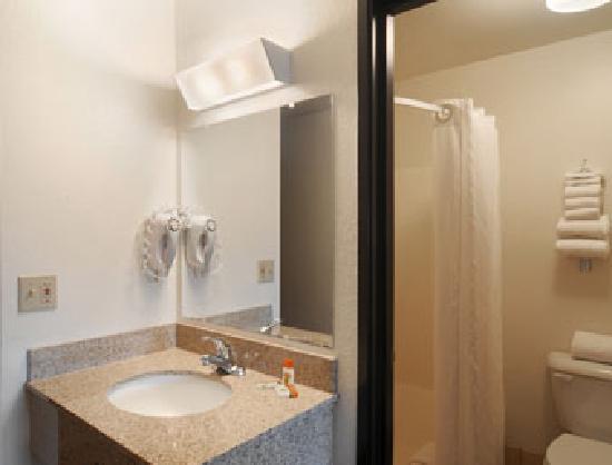 Super 8 La Crosse: Guest Room Bathroom