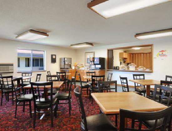 Super 8 La Crosse: Breakfast Area/Meeting Room