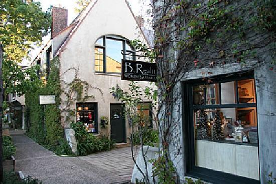 Vagabond's House Inn: Charming shops