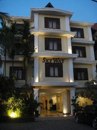 Skyway Hotel: Hotel Exterior
