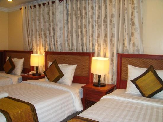 Skyway Hotel: Triple room