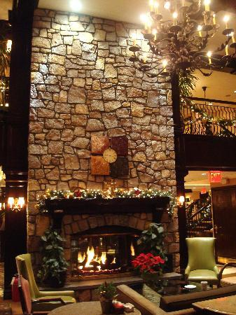 The Inn At Fox Hollow Hotel: Lovely dining area with fireplace.
