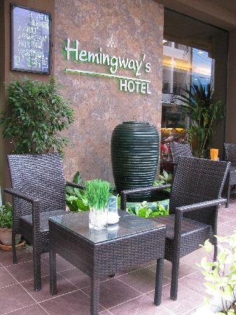 Hemingways Hotel Patong Beach: Ourside dining/drinking area