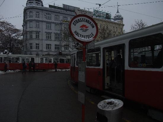 Stadtnest Bed & Breakfast and Apartment : station de tramway près de l'appartement