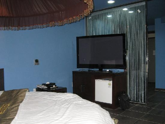 Amourex Hotel: TV set