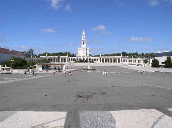 Shrine of our Lady of the Rosary of Fatima: Platz und Basilika