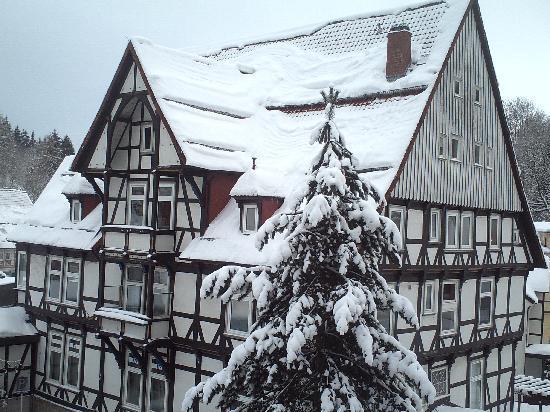 Bad Grund, Alemania: Verschneites Fachwerghaus