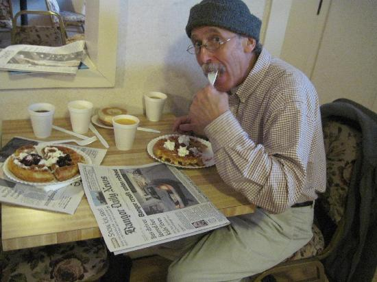 Vacationland Inn: Hubby enjoying a really good, free breakfast.