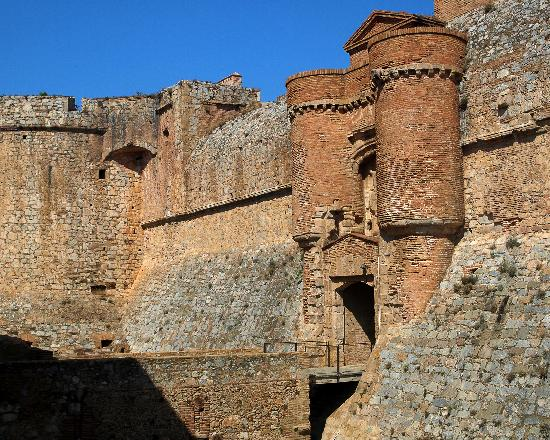 Mar i Cel Hotel: Forteresse de Salses is a gargantuan medieval fort built when this area of France belonged to Sp