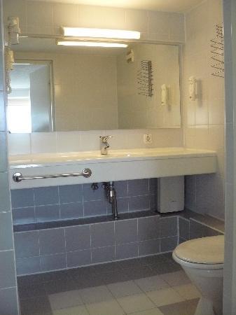 Centre Hotel: Blick ins Bad, links davon ist noch eine geräumige und moderne Dusche