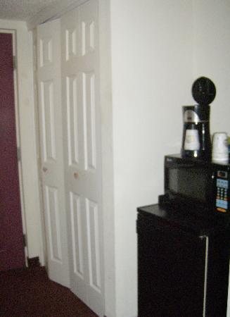 Days Inn Panama City : large closet & tower of appliances :)
