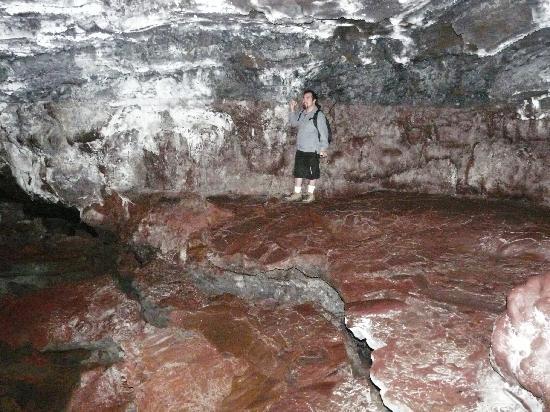 Kaumana Caves Park: the glazed floor drops lower