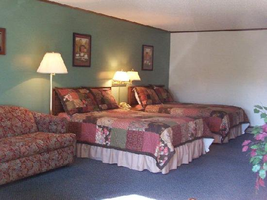 The Kancamagus Lodge: Our Family Room, two double beds, sleep sofa, flat screen tv, playstation, fridge, microwave, to