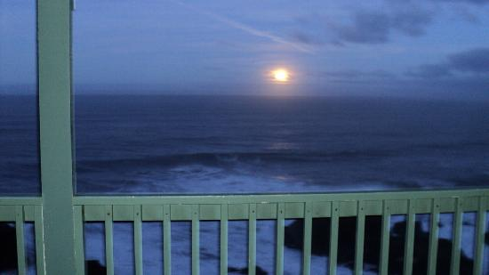 Inn of the Lost Coast: Moon set from our balcony
