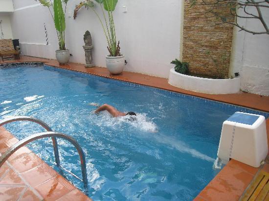 Pisicina con chorro de agua para nadar fotograf a de for Chorros para piscinas precios