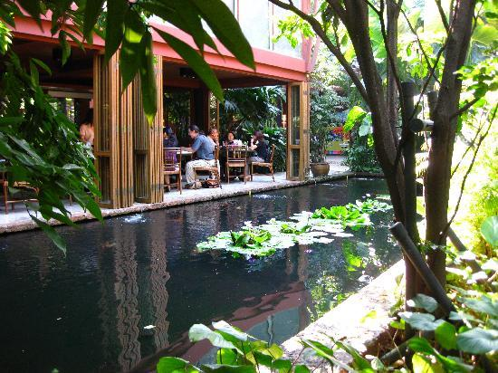 Jim-Thompson-Haus: restaurant overlooking one of the ponds