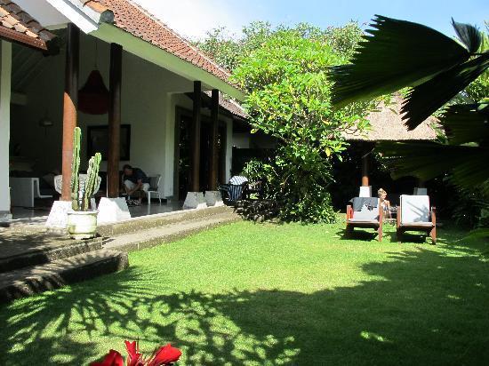 3V Kerobokan: Villa grounds & living Area
