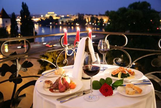 Mamaison Riverside Hotel Prague : Dinner in the Junior Suite overlooking river