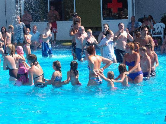 Club MAC Alcudia : dance in pool