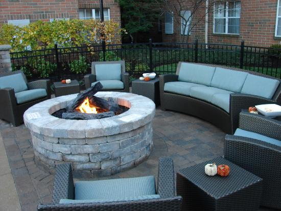 Residence Inn Cleveland Beachwood: Outdoor Experience with Fire Pit for guests to enjoy